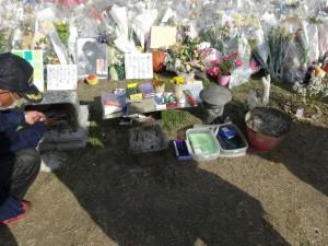 線香や線香立てまで用意された川崎の現場。写真左は、ボランティアで現場を管理している地元の男性
