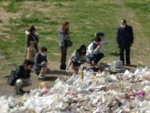 川崎の現場では、被害者を悼む人が続々と集まってきていた
